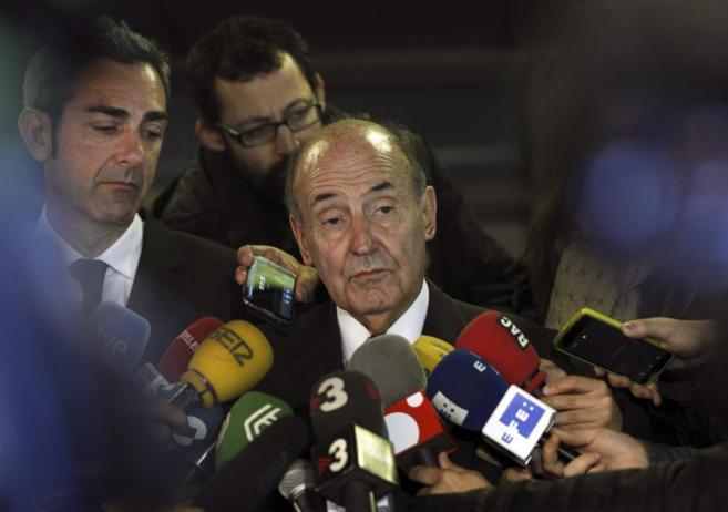 El abogado de la Infanta Cristina, Miquel Roca, ayer, rodeado de...