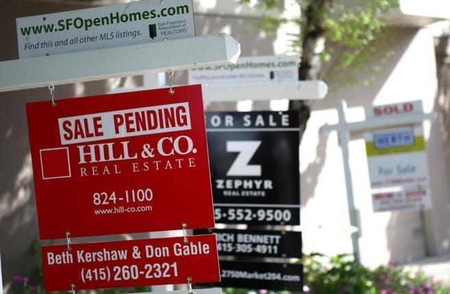 Imagen de carteles que anuncian la venta de propiedades en Estados...