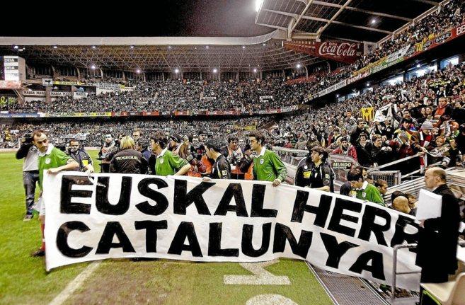 Una pancarta en un partido de la selección vasca y la catalana en San...