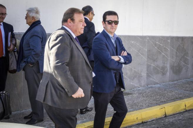 José Luis Núñez (PP), y su socio Manuel Erdozain (AI-Pro), a su...