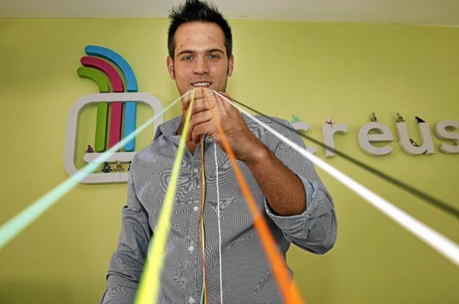 El fundador de Recreus, Ignacio García, con su filamento flexible...