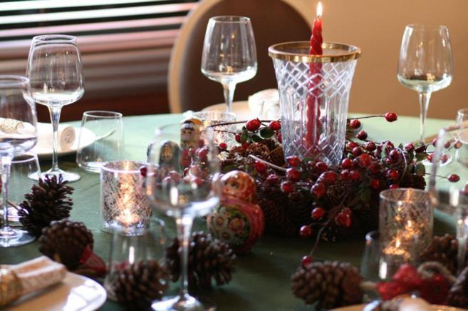 Una mesa decorada para una comida navideña.