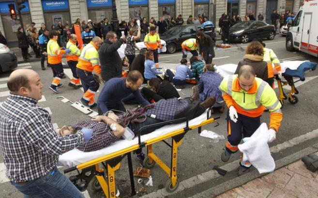 Los servicios de emergencias atienden a los heridos en el lugar del...
