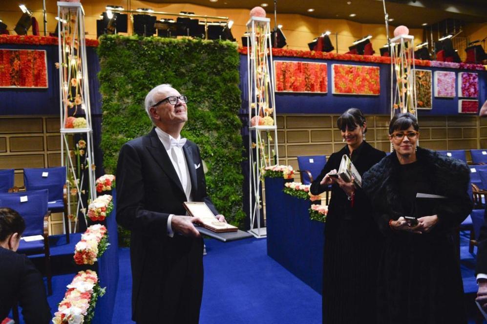 Modiano, en Estocolmo, con la medalla de su Nobel.