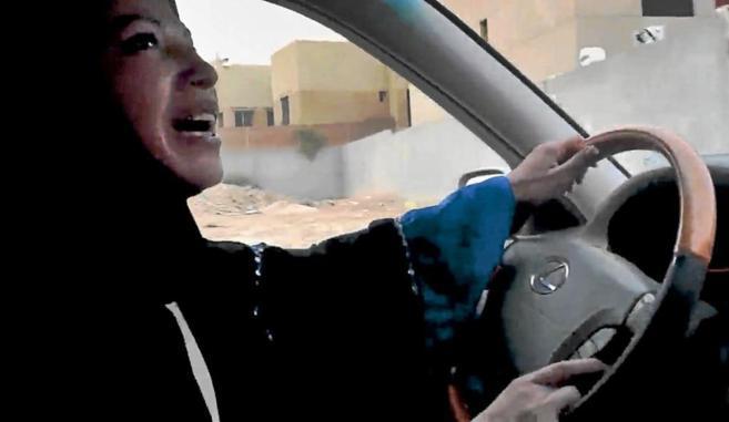 Una mujer Arabia Saudí conduciendo un coche en Riyadh