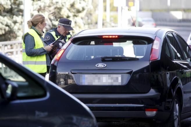 La policía pide la documentación a un conductor de Uber.