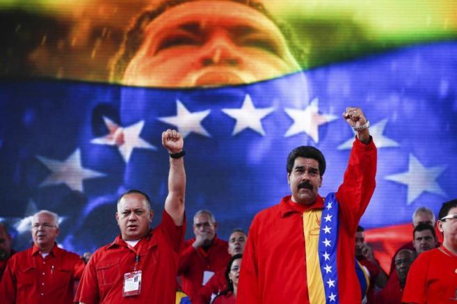 El presidente de Venezuela, Nicolas Maduro, con miembros de su...