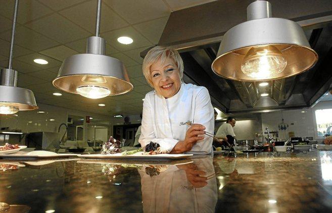La cocinera Susi Díaz en la cocina de su restaurante La Finca, con...