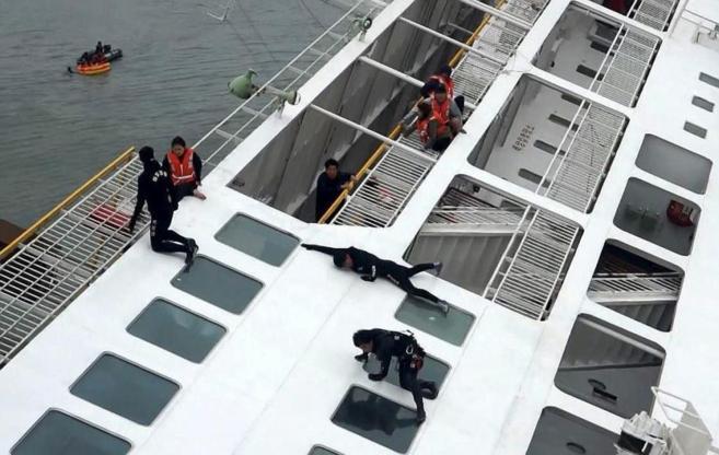El equipo de rescate asiste a los supervivientes del ferry surcoreanao...