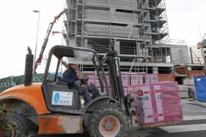 Imagen de un técnico realizando labores de construcción residencial.