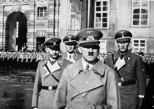 El Führer, Adolf Hitler, acompañado de Himmler (izda.) y Heydrich...