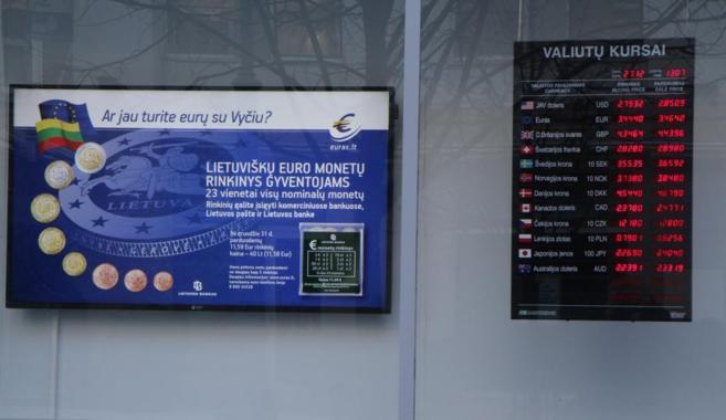 Las nuevas monedas de euro lituanas, en una pantalla en un banco de...