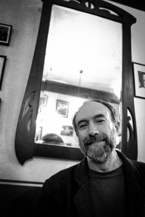 El poeta Eduardo Fraile en el café 'El largo adiós' en...