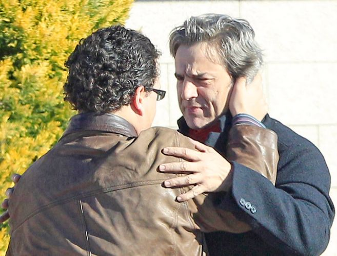 El actor consolado por un amigo a la salida del Tanatorio