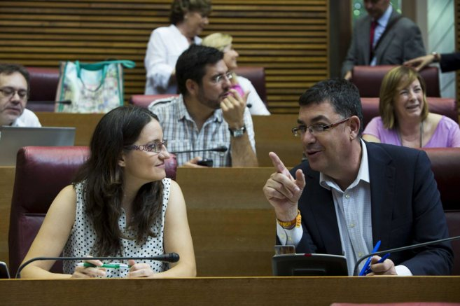 Mònica Oltra y Enric Morera en sus escaños en las Cortes.
