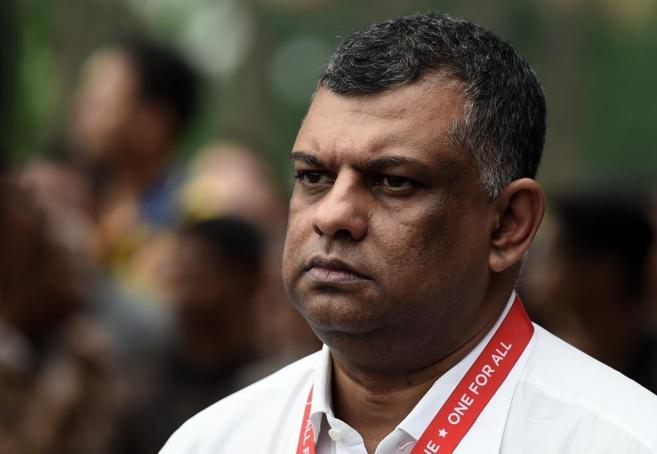 Tony Fernandes espera en Surabaya a que comience la rueda de prensa...