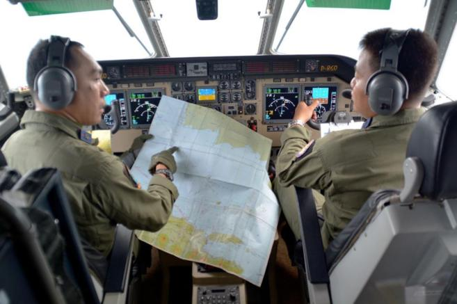 Dos pilotos del Ejército de Indonesia rastrean en busca del avión...