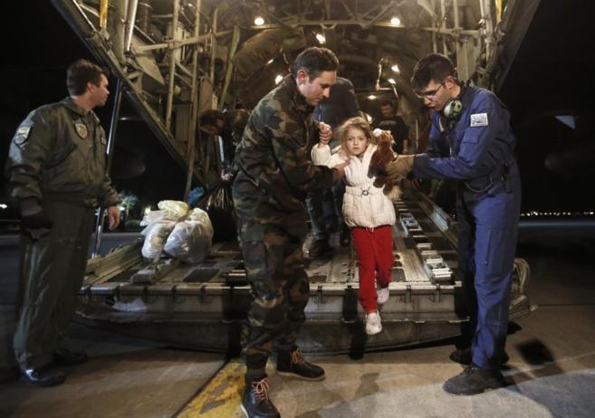 Una niña rescatada del ferry italiano siniestrado llega a salvo al...