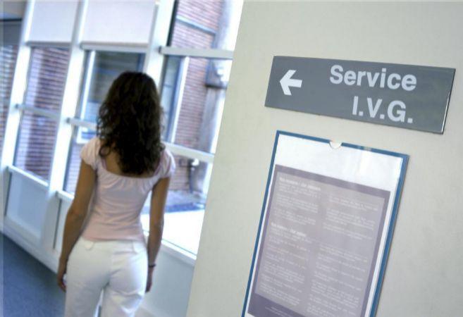 Una mujer se dirige a una consulta de aborto