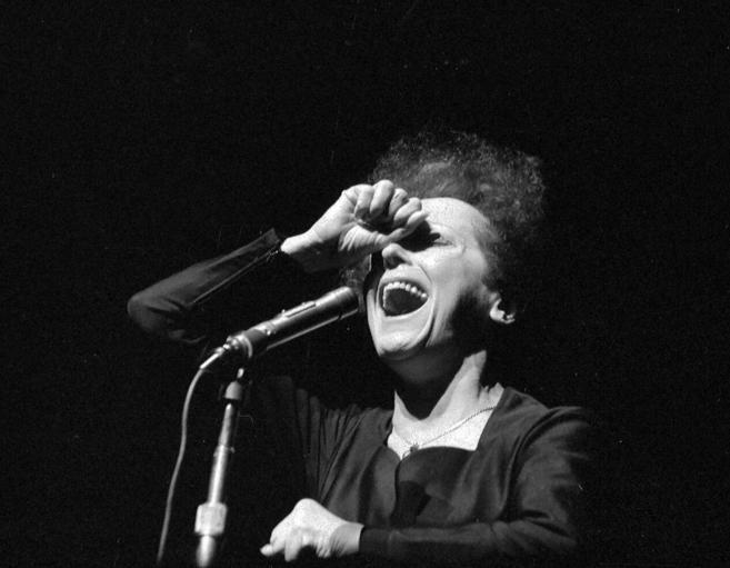 La cantante Edith Piaf en una actuación en el Teatro Olympia de...