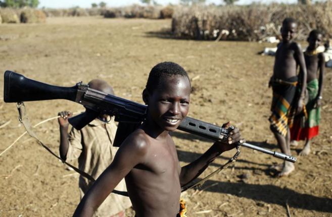 Un refugiado sursudanés, con un arma en la región del lago Turkana...