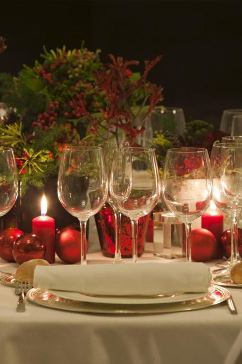 Mesa preparada para una cena navideña.