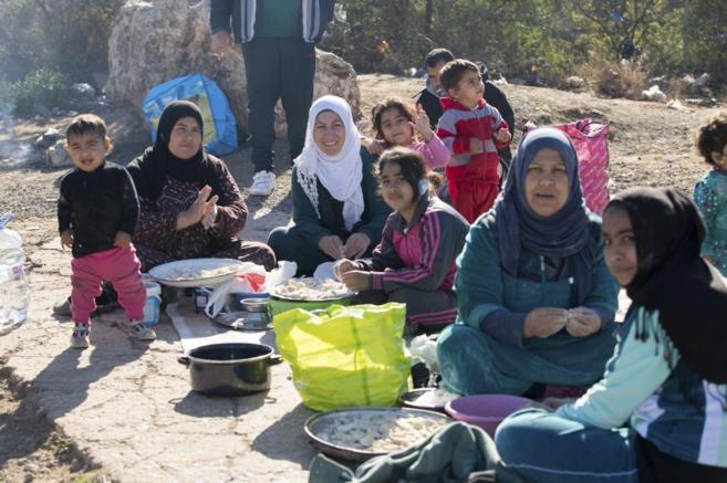 Familias sirias en las inmediaciones del CETI preparando la comida.