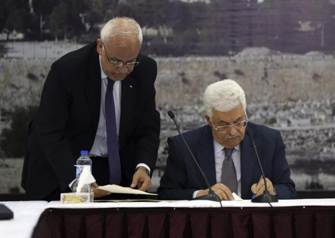 Abu Mazen, esta tarde durante la firma de adhesión al Estatuto de...