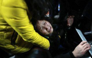 Una mujer llora en el área de Urgencias de un hospital.