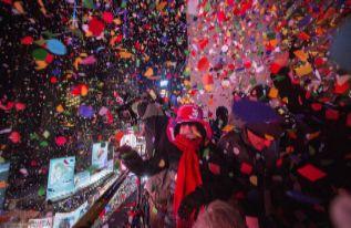 Miles de confetis en Times Square, Nueva York.