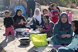 Familias sirias en las inmediaciones del CETI.