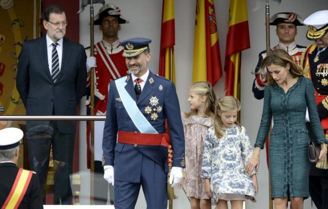 Los Reyes Felipe y Letizia, con sus hijas, al término el Desfile de...
