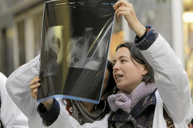 Dos médicos observan una radiografía.