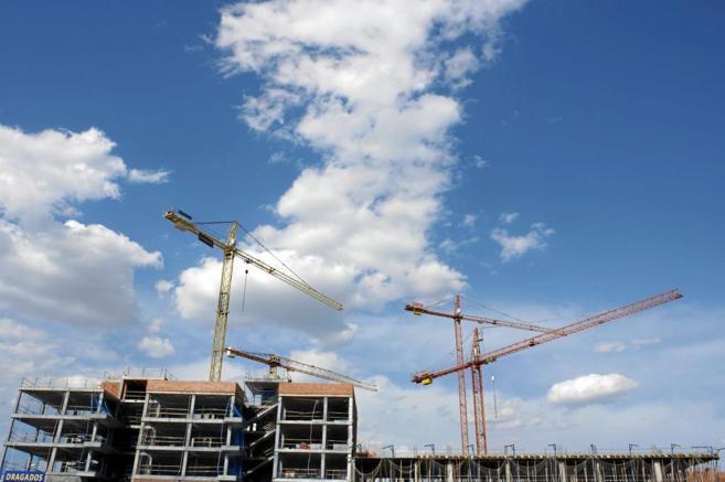 Imagen de archivo de grúas levantando un edificio de pisos en Madrid.