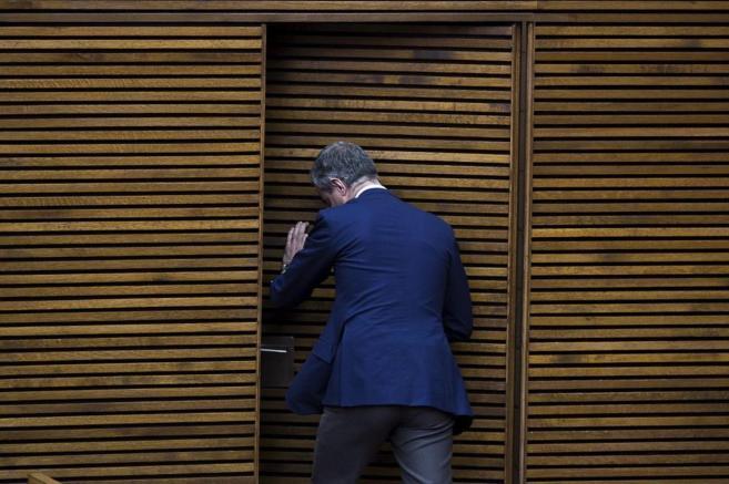Ricardo Costa abandona el pleno de las Cortes en una imagen de...