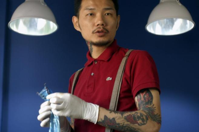 El famoso tatuador, Kim Ki-bok, en su estudio clandestino en Seúl...