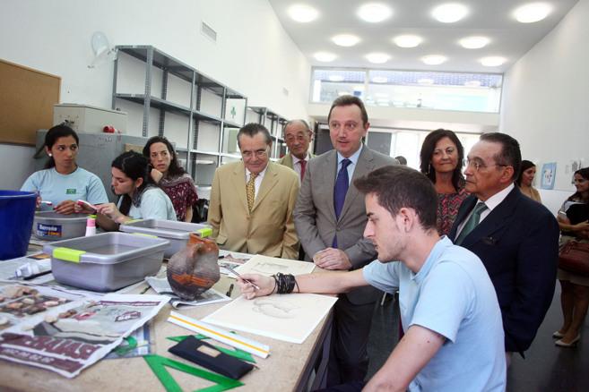 El consejero de Empleo Manuel Recio y el director general de Forja...