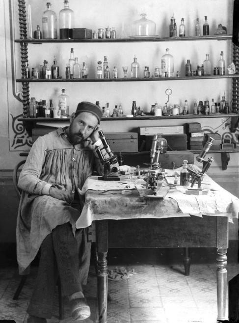 Autorretrato de Ramón y Cajal en su laboratorio de Valencia, hacia...