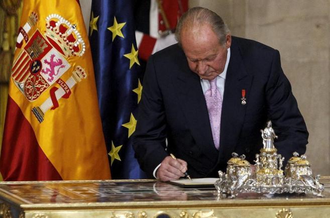Don Juan Carlos firma la ley que hizo efectiva su abdicación como Rey...