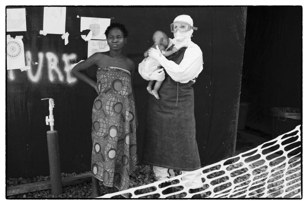 Josephine, bebé enferma de ébola, en manos de la enfermera Dona...
