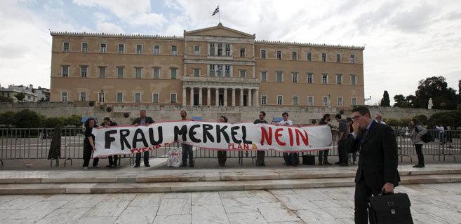 Protestas contra Angela Merkel frente al Parlamento heleno en Atenas.
