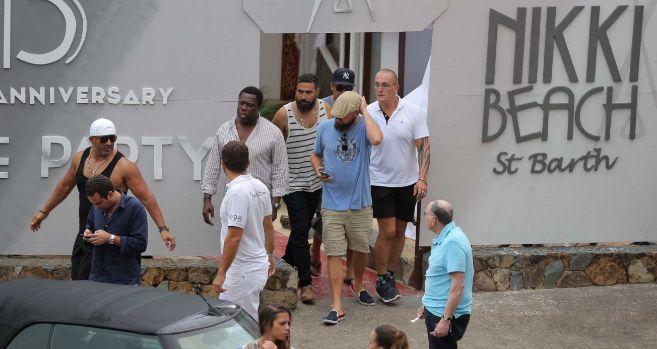 DiCaprio, con camiseta azul celeste y gorra, saliendo del Nikkki Beach...