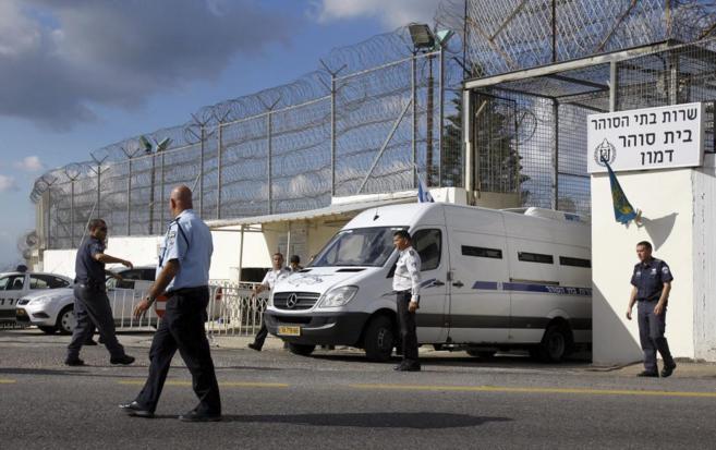 Guardias civiles israelíes dan instrucciones al conductor de una...