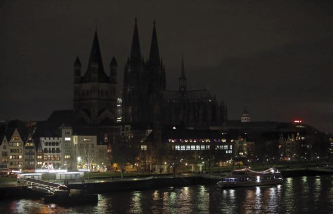 La catedral de Colonia, en penumbra, este lunes.