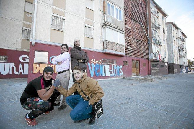 Pedro y Domingo, de pie, y Antonio y José, ante la sede de su...