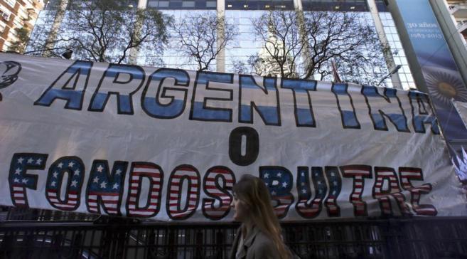 Pancarta de protesta contra los fondos 'buitre' a las...