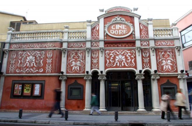 Antiguos cines rehabilitados, bares con salas de proyecciones y...