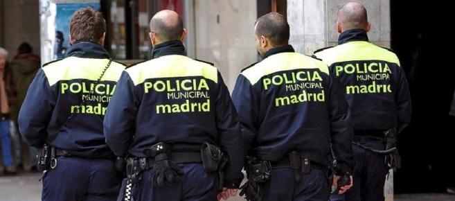 Una patrulla de policías municipales madrileños, por las calles de...