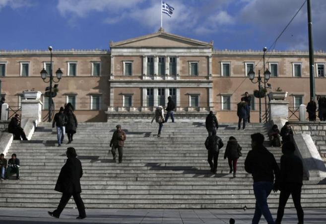 Griegos en la plaza del parlamento.