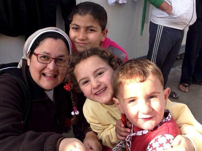 La monja y periodista Xyskia Valladares con niños refugiados de Irak.